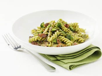Fusilli med broccolisaus, kylling og bacon