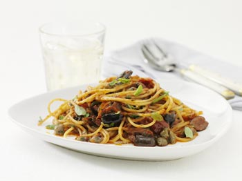 Spaghetti med ansjosfilet og kapers i tomatsaus