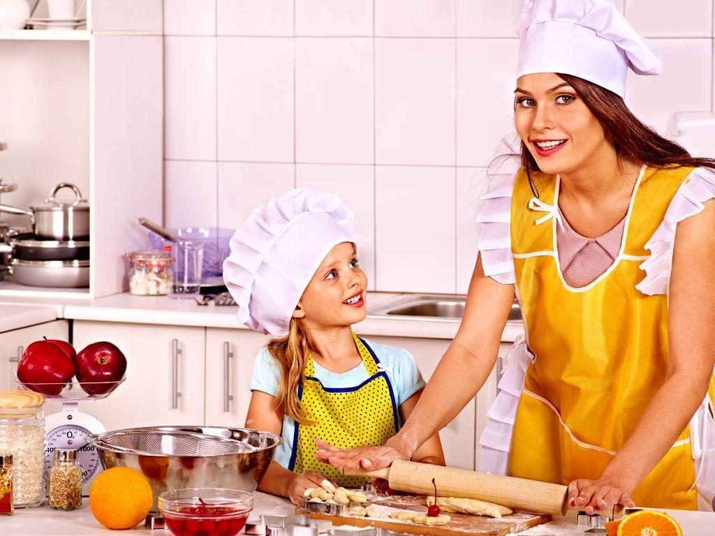 10 ting du skal lære barnet ditt på kjøkkenet